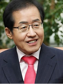 Hong Jun-Pyo - Governor of Gyeongsamnam-do and the man with the fate of the team in his hands
